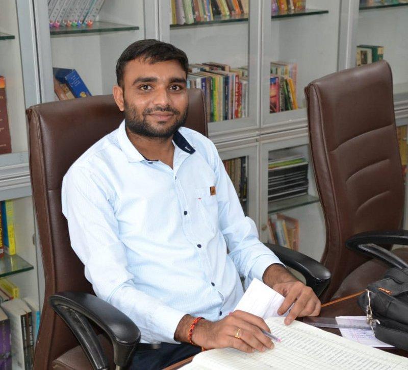 Shri Naresh Mahida : Asst. Professor (Economics)